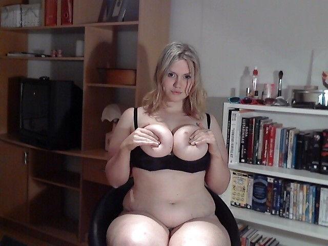 Blonde Marie drückt ihre Titten an sich